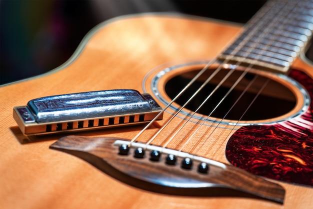Akustische gitarre mit blues harmonica country Premium Fotos