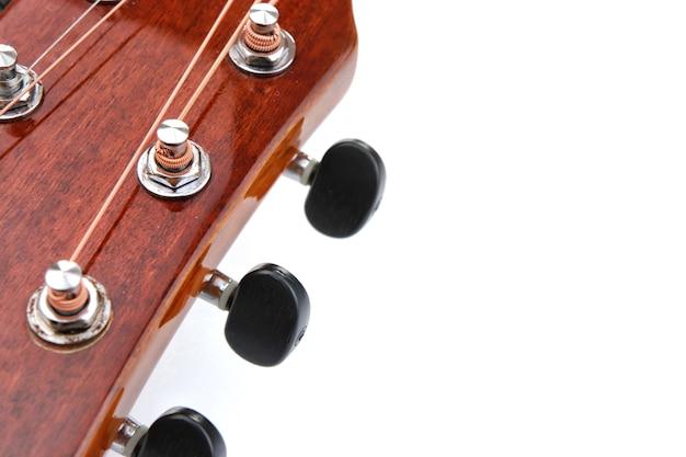 Akustische gitarrensaiten auf weißem hintergrund Premium Fotos