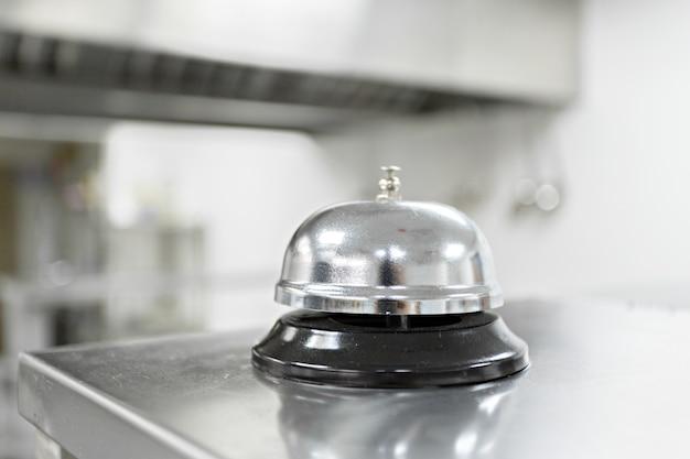 Alarmglocke auf küchentisch in einem restaurant Premium Fotos