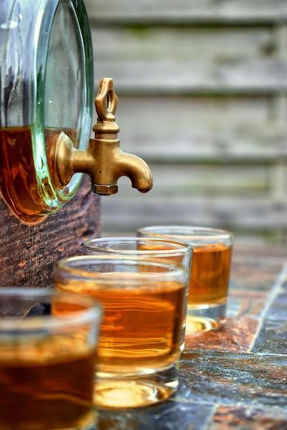 Alkohol, getränk konzept-gläser mit whiskey Premium Fotos