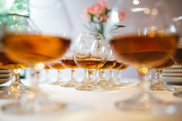 Alkohol ist bereit für den festlichen tisch Kostenlose Fotos