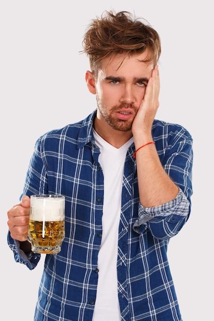 Alkohol. kerl im blauen hemd mit bier Kostenlose Fotos