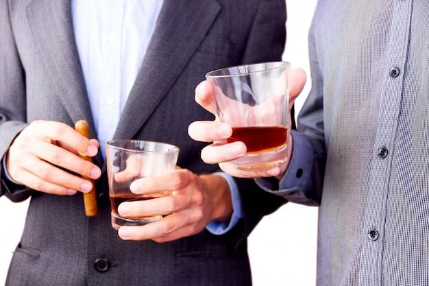 Alkohol trinken Premium Fotos