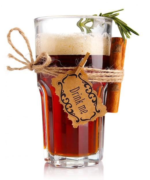 Alkoholcocktail (bier-basiert) mit den gewürzen getrennt Premium Fotos