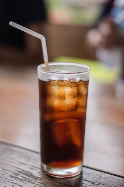 Alkoholfreies getränk mit eis im glas auf einer tabelle. Premium Fotos
