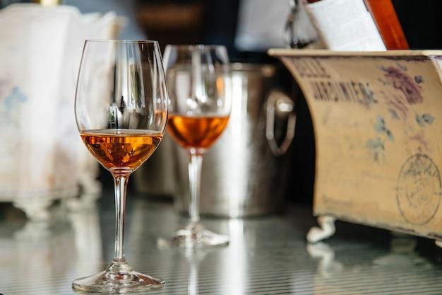 Alkoholgetränke in den gläsern auf dem tisch Premium Fotos