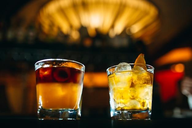 Alkoholische cocktails auf dem stehtisch Premium Fotos