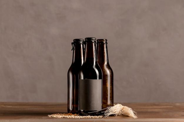Alkoholische flaschen browns im grauen aufkleber auf holztisch Kostenlose Fotos