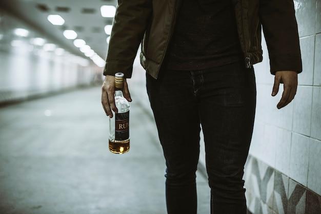 Alkoholische obdachlose holding-alkohol-flasche Kostenlose Fotos