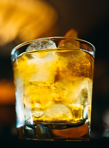 Alkoholischer cocktail an der bar Premium Fotos