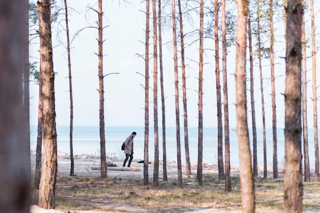 Allein männlicher tourist, der am strand reist Kostenlose Fotos