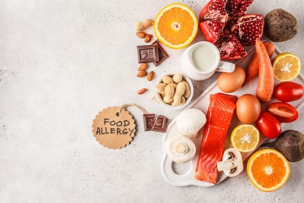 Allergie-food-konzept. allergien gegen fisch, eier, zitrusfrüchte, schokolade, pilze und nüsse. Premium Fotos