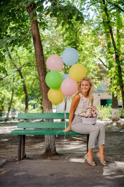 Alles gute zum geburtstagmädchen mit hübschen blumen und ballonen Premium Fotos