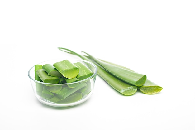 Aloe vera-blatt auf weißem hintergrund, konzept der gesunden ernährung Premium Fotos