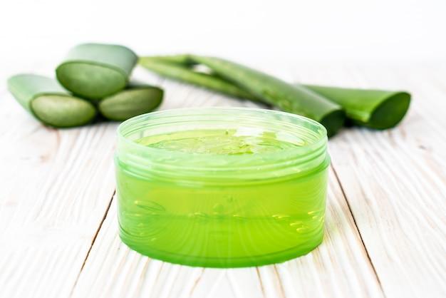 Aloe vera gel mit aloe in scheiben geschnitten Premium Fotos