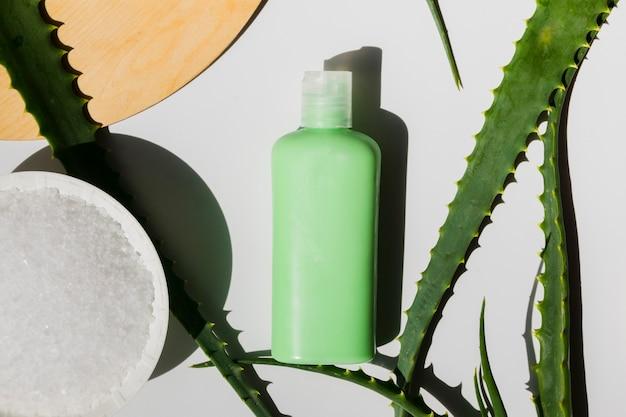 Aloe vera verlässt mit einer schönheitscremeflasche Kostenlose Fotos