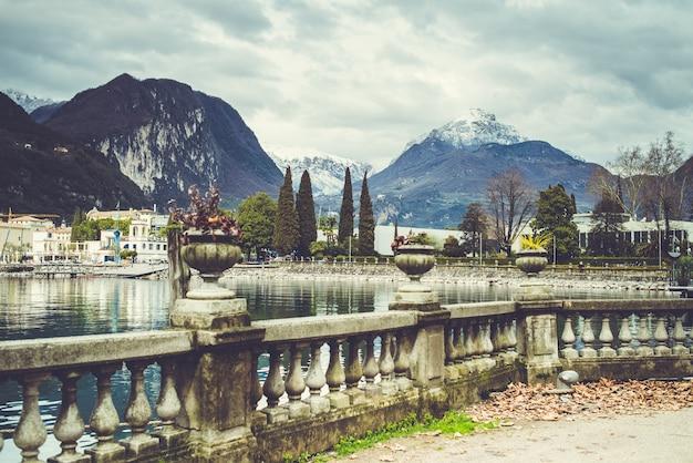 Alp italienische stadt mit see Premium Fotos