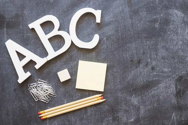 Alphabet buchstaben mit briefpapier auf tafel Kostenlose Fotos