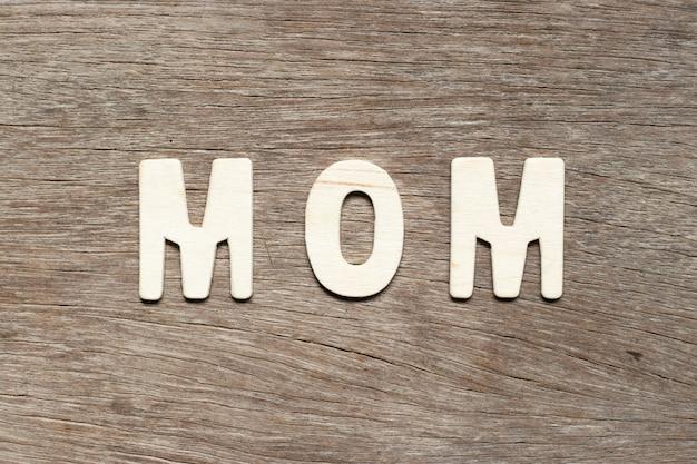 Alphabetbuchstabe in der wortmutter auf holz Premium Fotos
