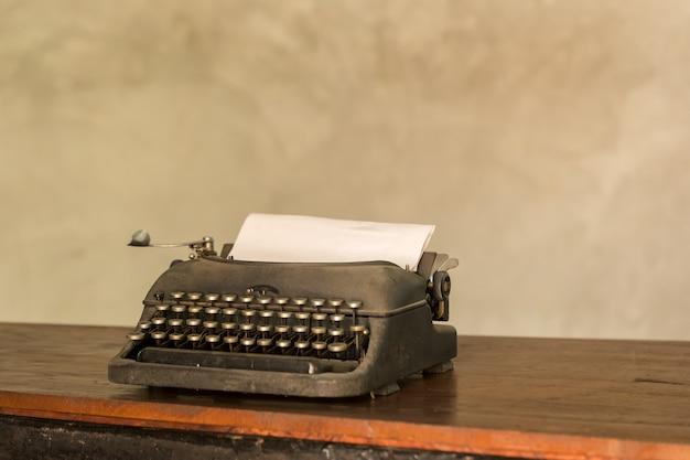 Alt-gealterte altmodische schreibmaschine der retro- art des im ruhestand befindlichen journalisten Premium Fotos