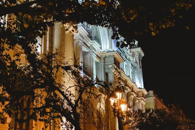 Altbau belichtet nachts mit scheinwerfern im rathausplatz von valencia. Premium Fotos