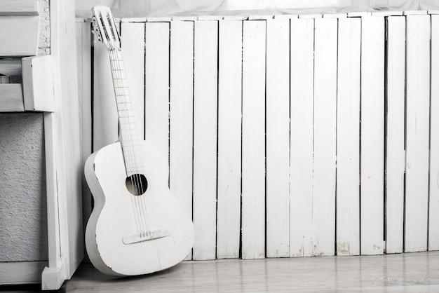 Alte Akustische Gitarre An Die Weisse Holzwand Gelehnt Download Der