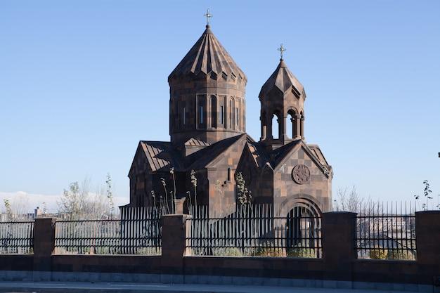Alte armenische kirche in der natur Premium Fotos