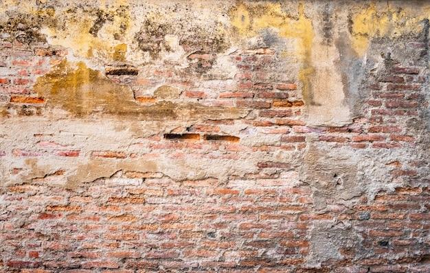Alte backsteinmauer mit sprungsbeschaffenheit Premium Fotos