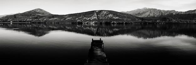 Alte bootsanlegestelle, see hayes, neuseeland. etwas filmkorn. Premium Fotos