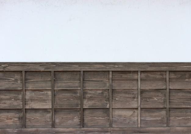 Alte braune täfelungen der japanischen art auf weißzementwandhintergrund. Premium Fotos