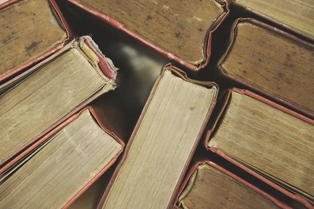 Alte bücher auf draufsichtbuchstapeln des bretterbodens im bibliotheksraum und im bildungshintergrund zurück zu schule Premium Fotos