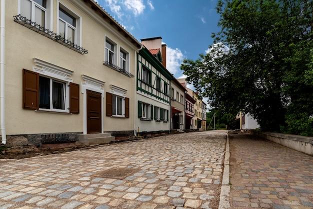 Alte bunte häuser und straßen in einer europäischen stadt, stadtbild im sommer Premium Fotos
