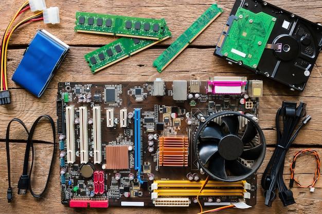 Alte computerhardware auf einem hölzernen hintergrund Premium Fotos