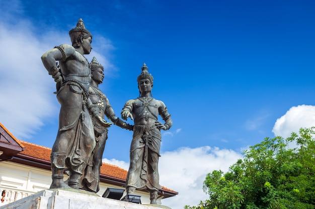 Alte drei könige monument builders ist touristenattraktion von chiang mai, thailand. Premium Fotos