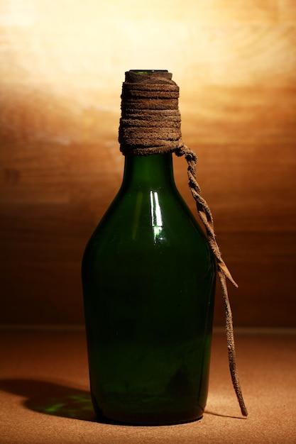 Alte flasche über holzoberfläche Kostenlose Fotos
