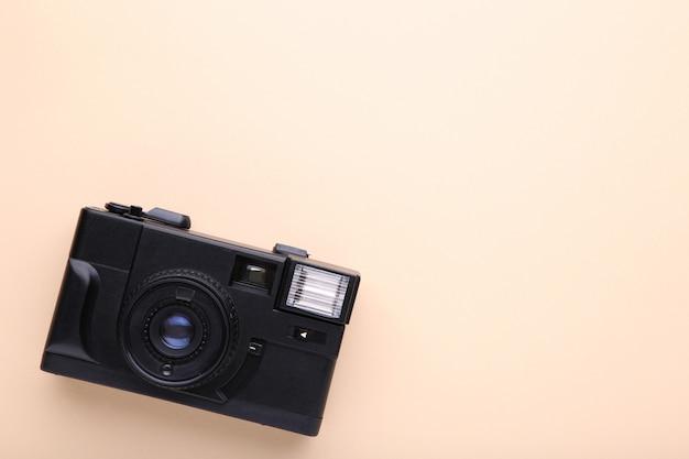 Alte fotokamera auf beige hintergrund Premium Fotos