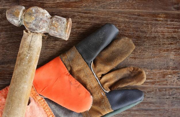 alte hammer und leder handschuhe auf holz hintergrund download der kostenlosen fotos. Black Bedroom Furniture Sets. Home Design Ideas