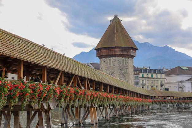 Alte hölzerne kapellbrücke ist berühmt und schönes wahrzeichen in luzern, schweiz Premium Fotos