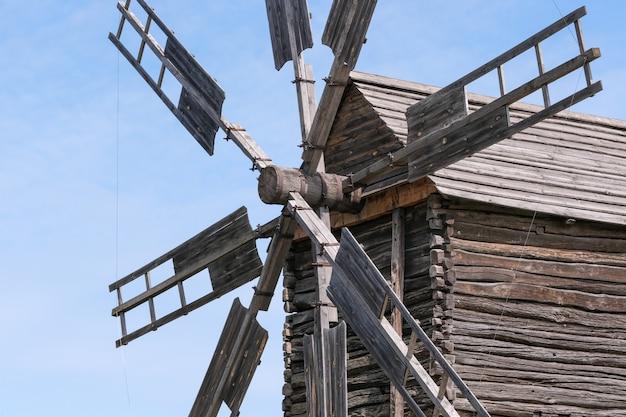 Alte hölzerne ukrainische windmühle Premium Fotos