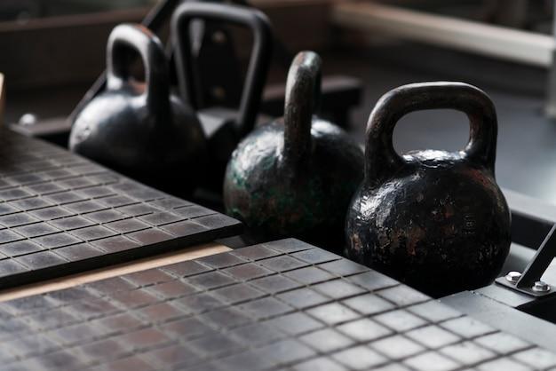 Alte kettlebells in fitnessstudios Kostenlose Fotos