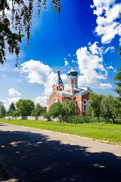 Alte kirche auf einem blauen himmelhintergrund. schöne landschaft Kostenlose Fotos