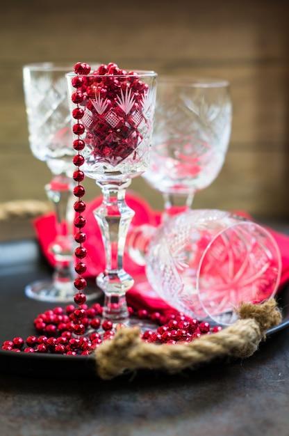 Alte kristallgläser und weihnachtsdekoration Premium Fotos