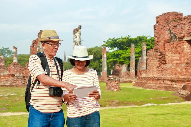 Alte männer und frauen reisen nach ayutthaya. Premium Fotos