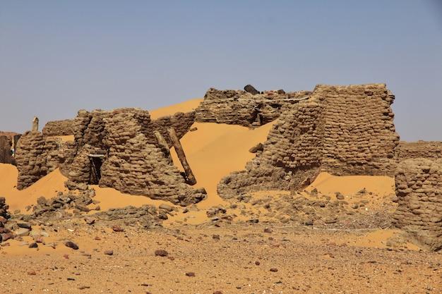 Alte ruinen, altes dongola im sudan, sahara deser, afrika Premium Fotos