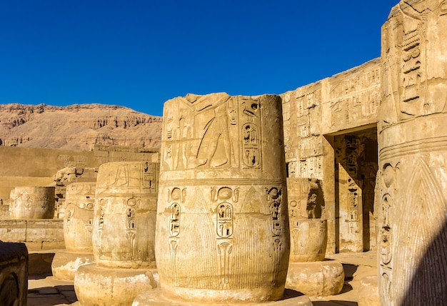 Alte säulen im medinet habu tempel ägypten Premium Fotos