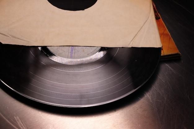 Alte schallplatte in einem papieretui Premium Fotos