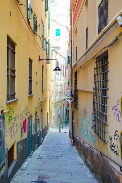 Alte schöne leere schmale straßen in der kleinstadt von genua in italien Premium Fotos