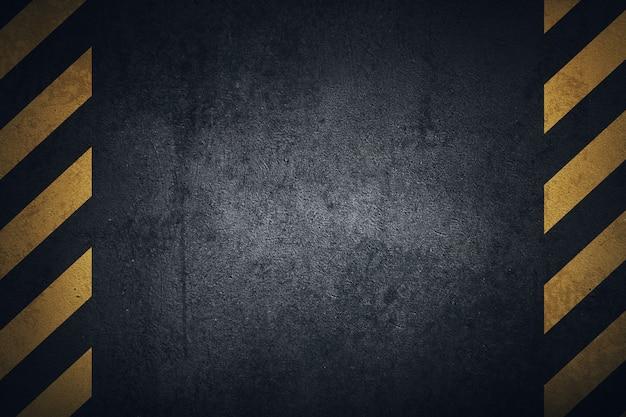 Alte schwarze grungy metallplattenoberfläche mit gelben warnstreifen. Premium Fotos