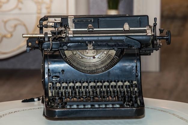 Alte schwarze mechanische mechanische schreibmaschine Premium Fotos