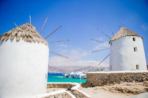 Alte traditionelle windmühlen über der stadt von mykonos. Premium Fotos